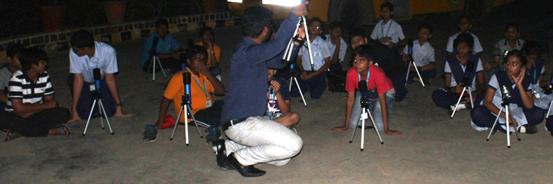 Educator-explained-about-alignment-of-telescope-towards-Moon